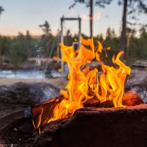 A fire near the Jäniskoski rapids in Inari