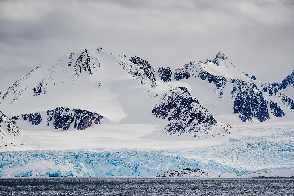 Sommets des montagnes et glacier bleu à Smeerenburgfjorden à Spitsbergen