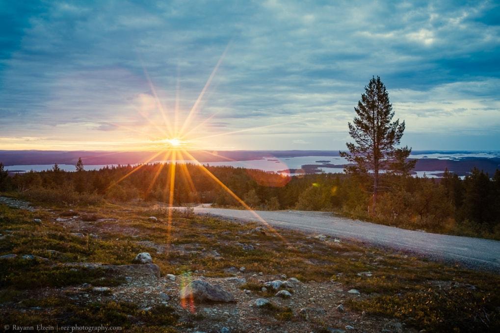 Soleil de minuit au-dessus du lac Inari dans le nord de la Finlande