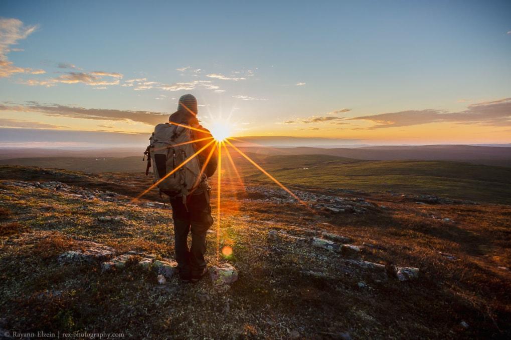 L'auteur et photographe en randonnée sous le soleil de minuit dans le nord de la Finlande