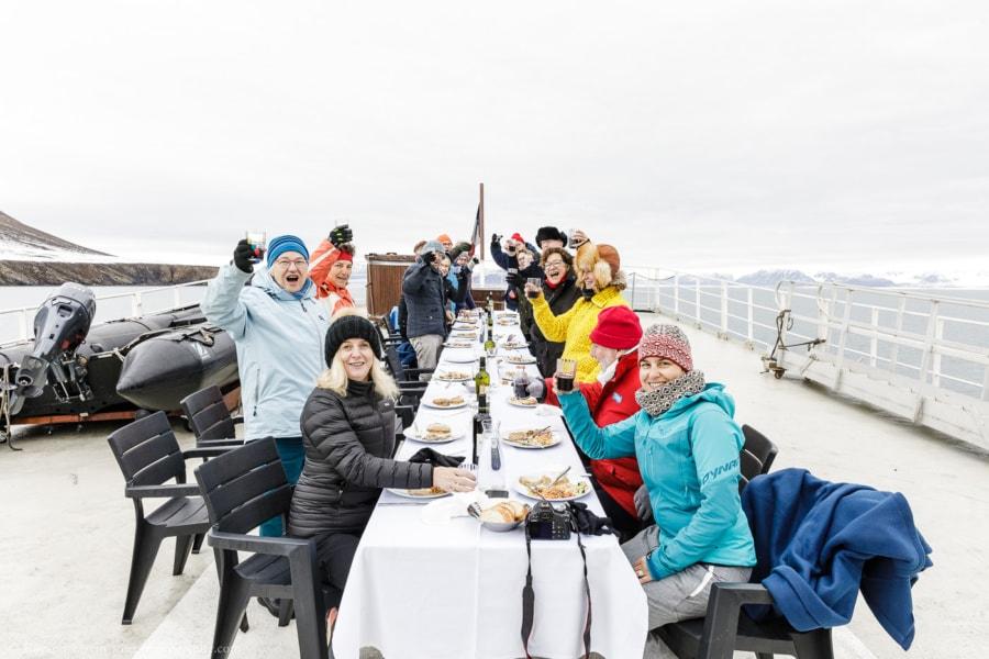 Déjeuner luxueux sur le pont du Polarfront avec tous les passagers de la croisière au Spitzberg