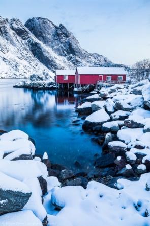 Un rorbu rouge dans le Nusfjord lors de notre croisière hivernale en Norvège